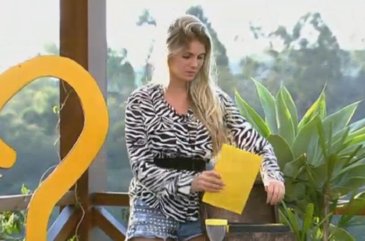 08.set.2013 - Bárbara Evans escolhe envelope com charada