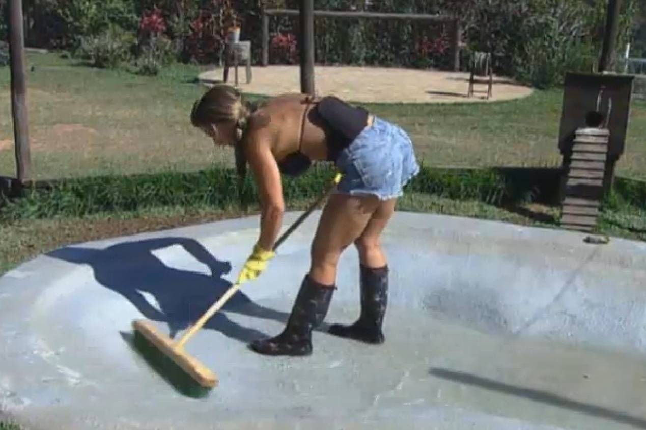 08.set.2013 - Denise Rocha limpando o lago