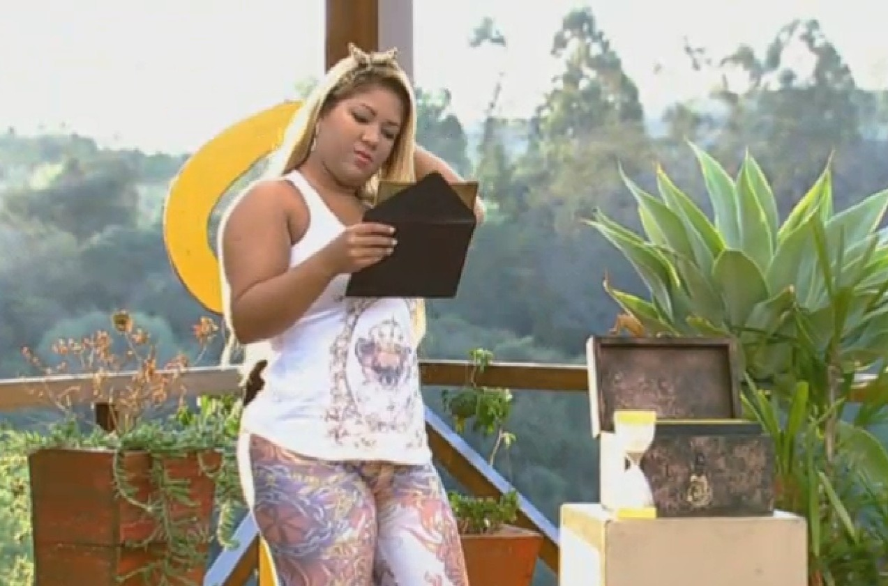 08.set.2013 - Mulher Filé lê pergunta para peões