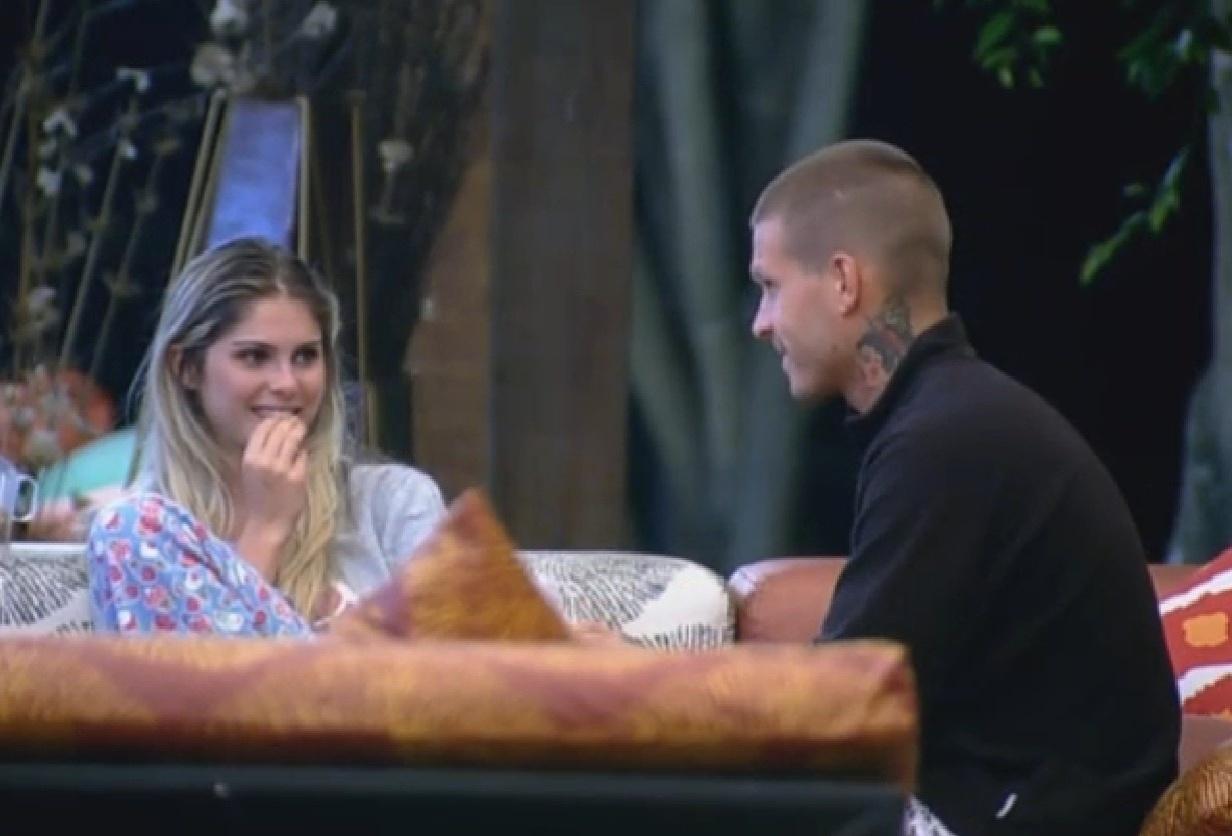 8.set. 2013 - Bárbara e Mateus tem conversa antes de dormir
