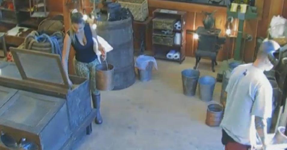 8.set.2013 - Um dia depois de escapar da roça, Andressa buscou ração para os animais