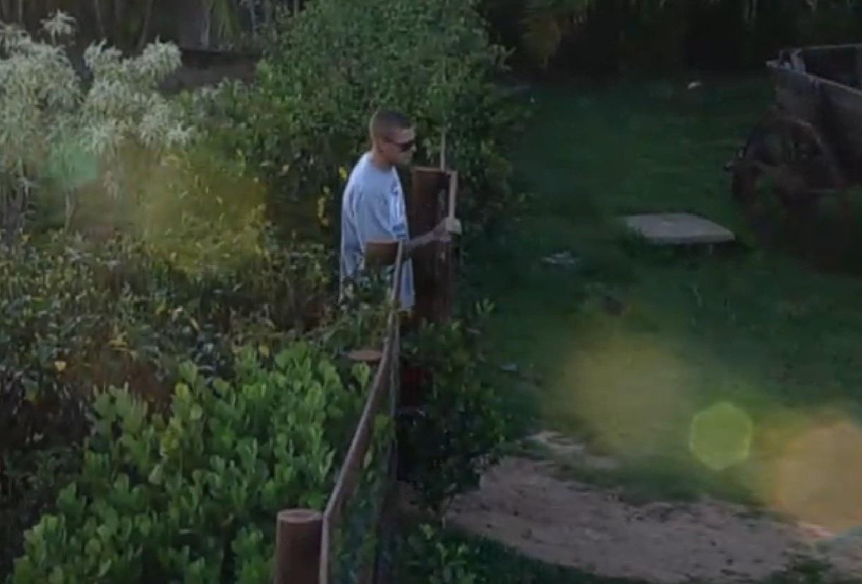 8.set.2013 - Um dos três peões na roça, Mateus foi o primeiro a acordar