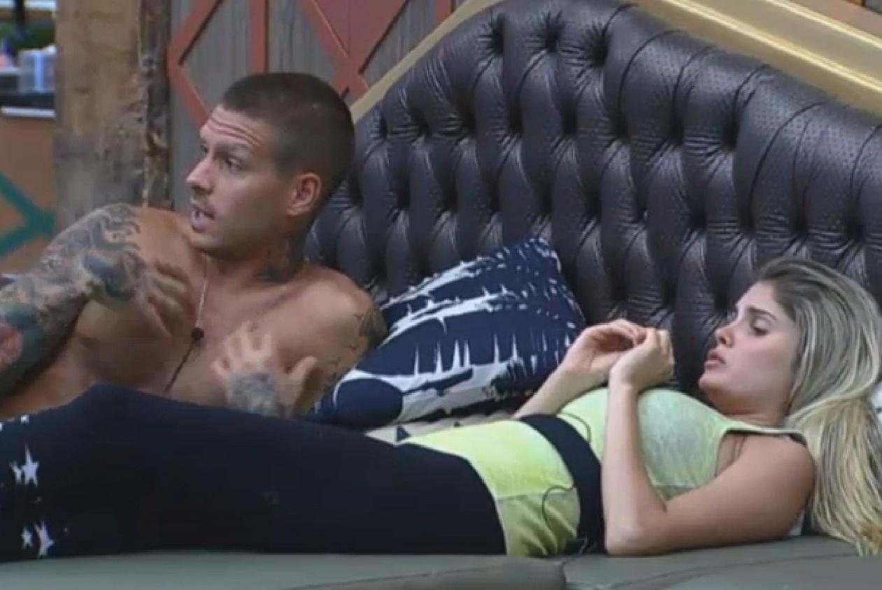09.set.2013 - Mateus Verdelho e Bárbara Evans relaxam enquanto esperam o almoço ficar pronto
