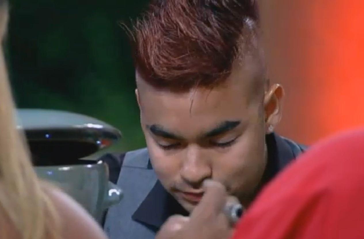 09.set.2013 - Yudi abandona fios loiros e pinta cabelo de vermelho