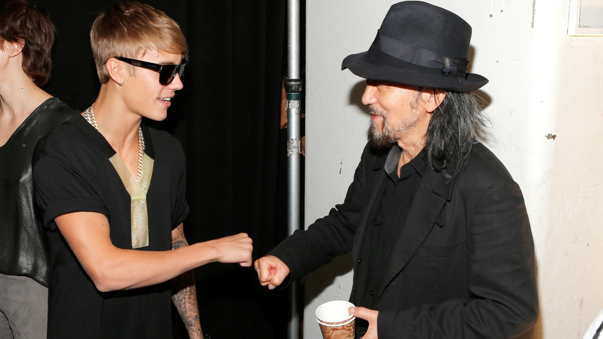 8.set.2013 - Justin Bieber conhece o estilista Yohji Yamamoto nos bastidores da Semana de Moda de Nova York