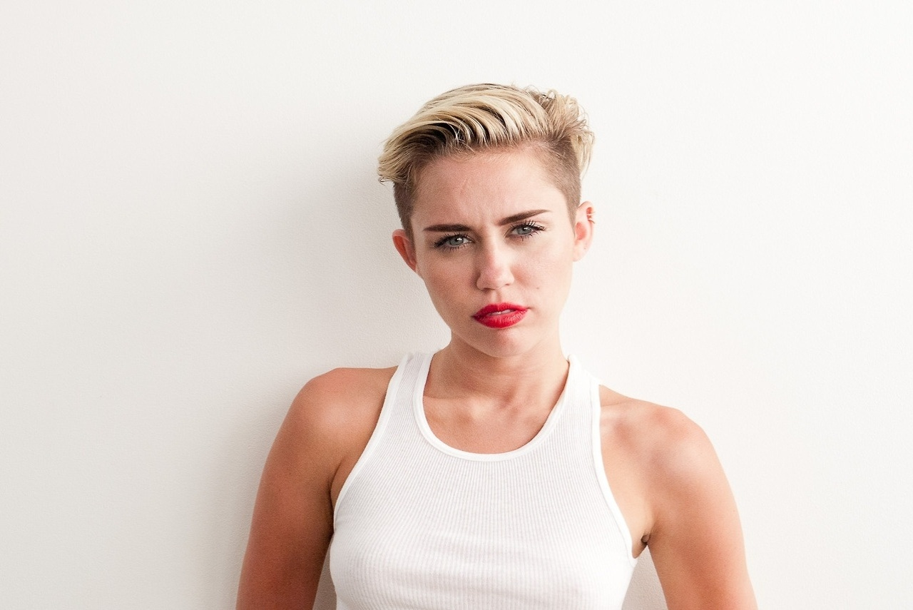 9.set.2013 - A atriz e cantora Miley Cyrus posou para as lentes do fotógrafo Terry Richardson