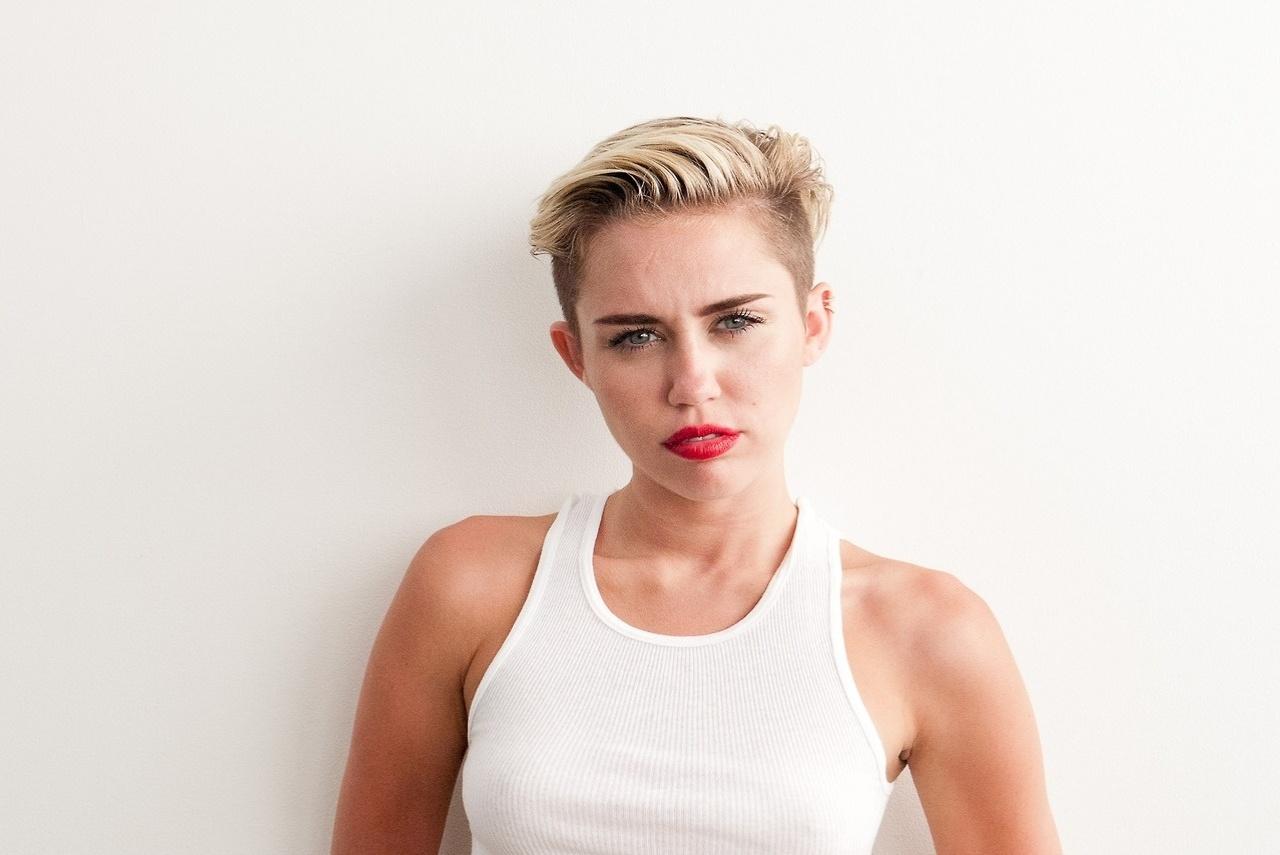 9.set.2013 - A atriz e cantora Miley Cyrus posou para as lentes do fotógrafo Terry Richardson