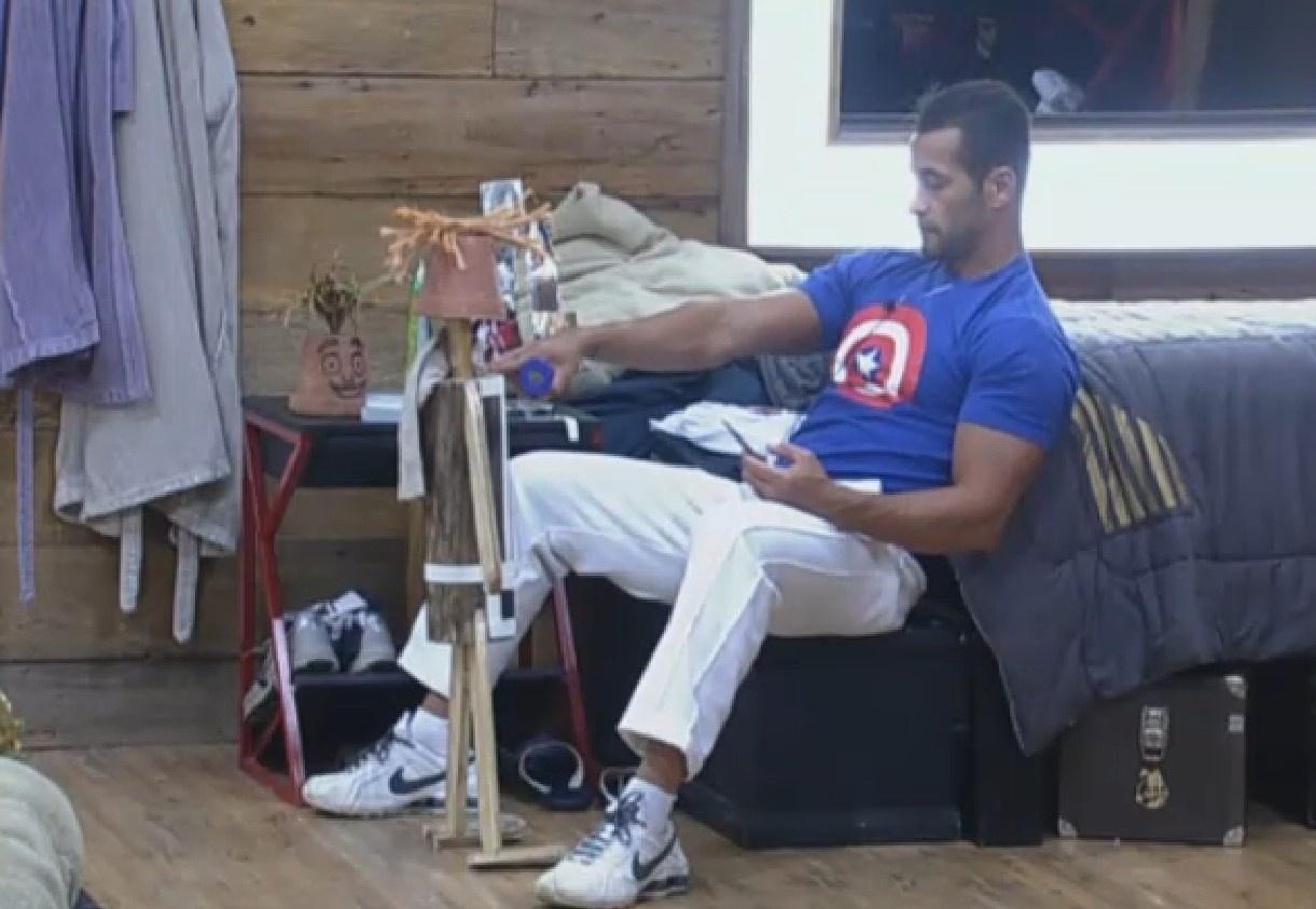 9.set.2013 - Isolado no quarto, Marcos Oliver conversa com boneco Dan