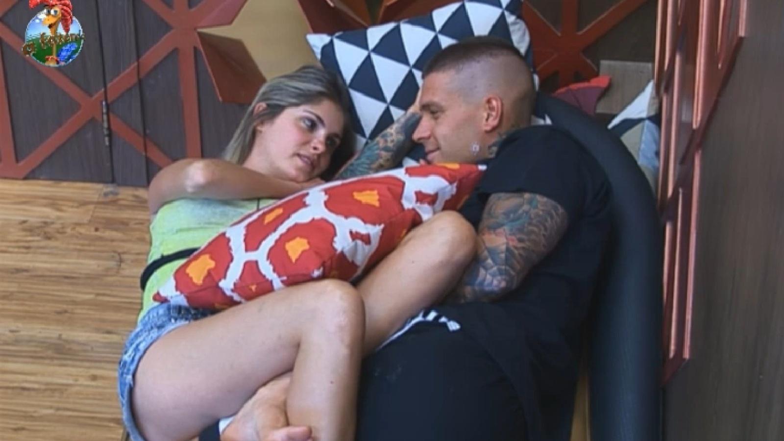 10.set.2013 - Bárbara Evans e Mateus Verdelho namoram no sofá