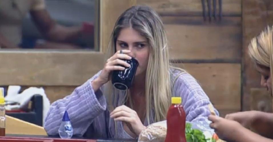 10.set.2013 - Bárbara Evans observa a Mulher Filé comendo
