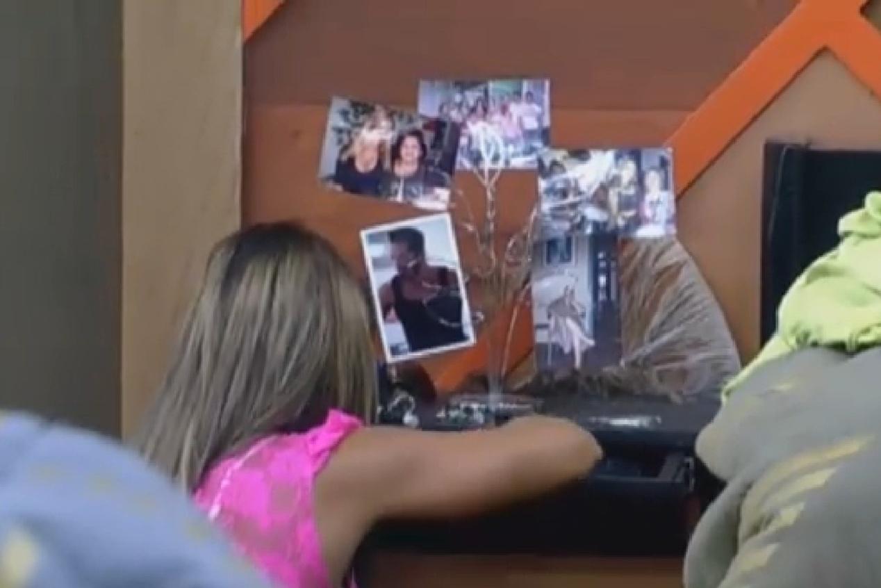 10.set.2013 - Denise Rocha observa fotos de seus familiares