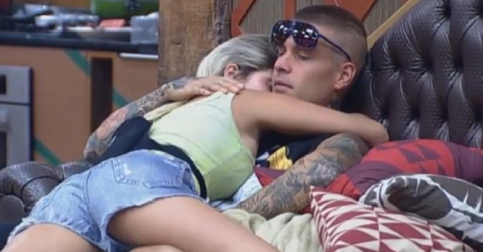 10.set.2013 - Mateus Verdelhoe Bárbara Evans se abraçam na manhã desta terça-feira
