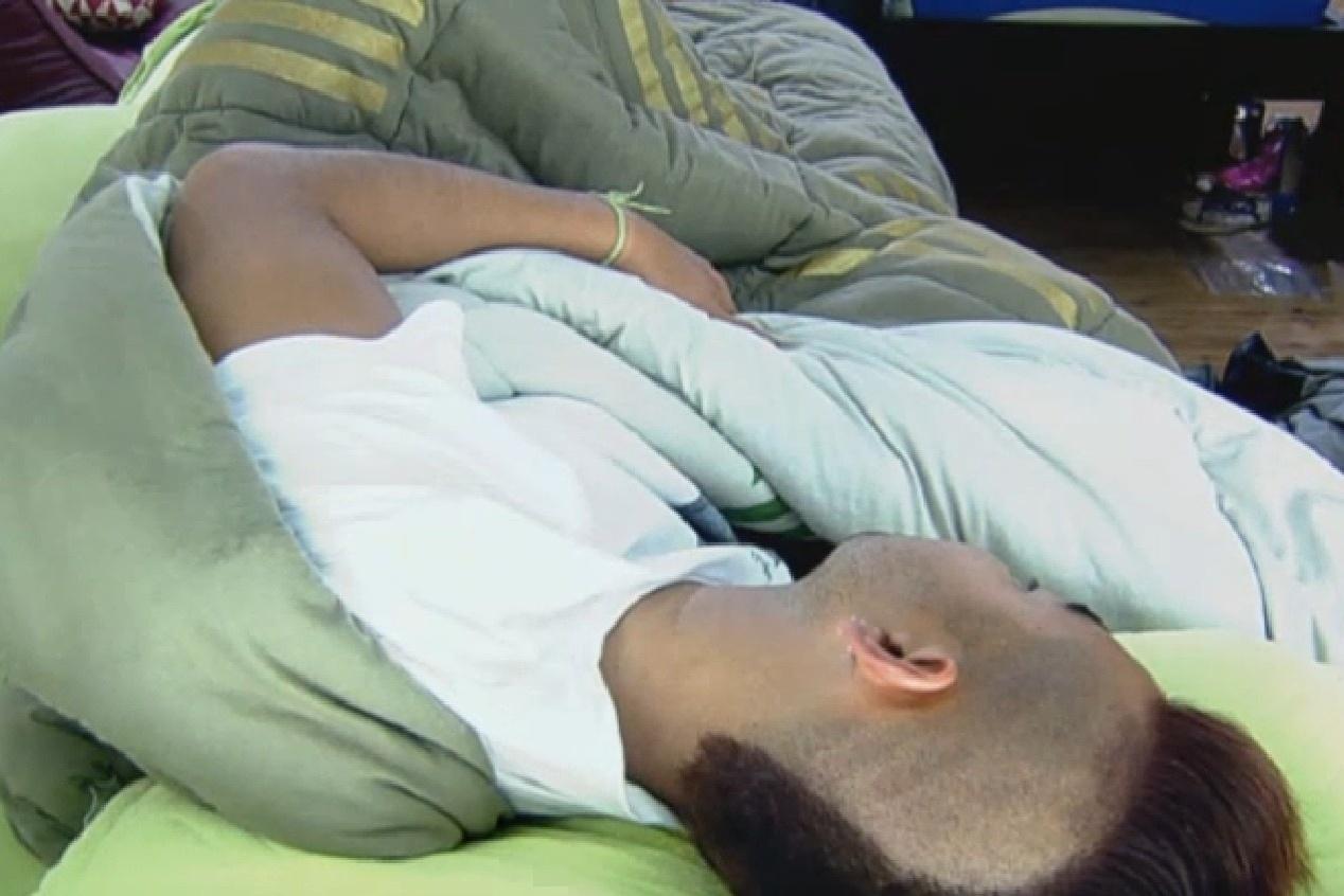 10.set.2013 - Yudi Tamashiro dormindo