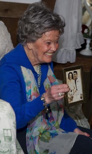 """A médium Lorraine Warren, que inspirou o filme """"Invocação do Mal"""", mostra foto em que aparece com o marido Edward"""