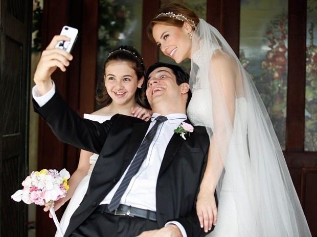 11.set.2013 - Mateus Solano faz careta ao tirar foto com Paolla Oliveira e Klara Castanho nos bastidores de