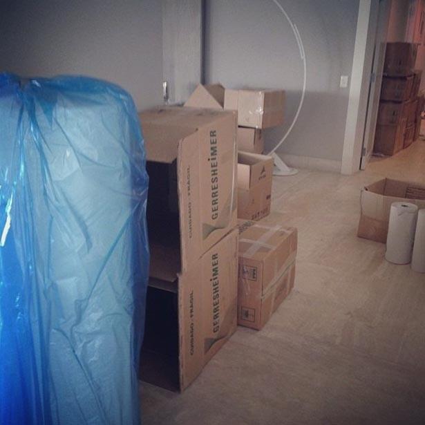 11.set.2013 - Ticiane Pinheiro posta foto de caixas e diz que está de mudança