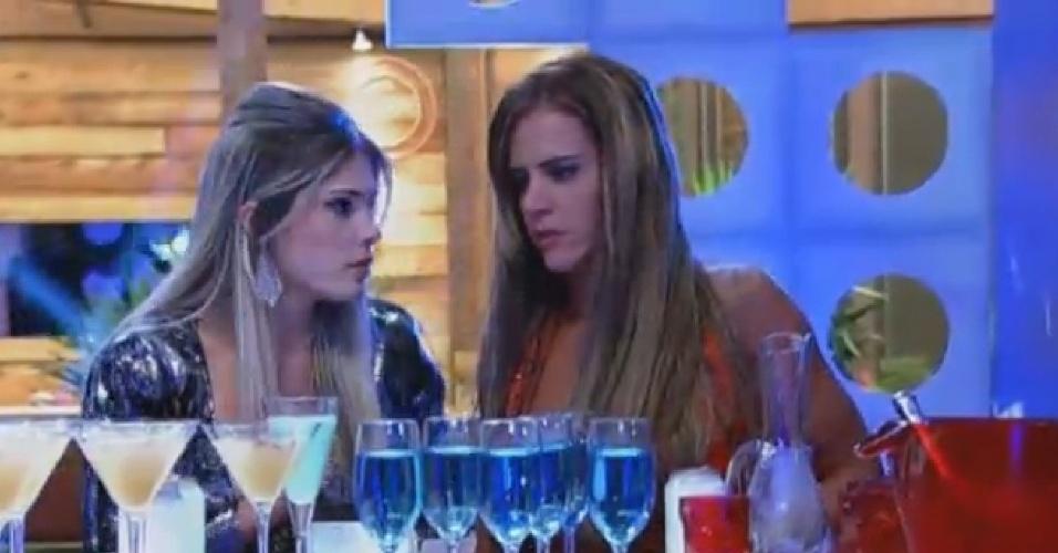 11.set.2013 - Bárbara conversando com Denise