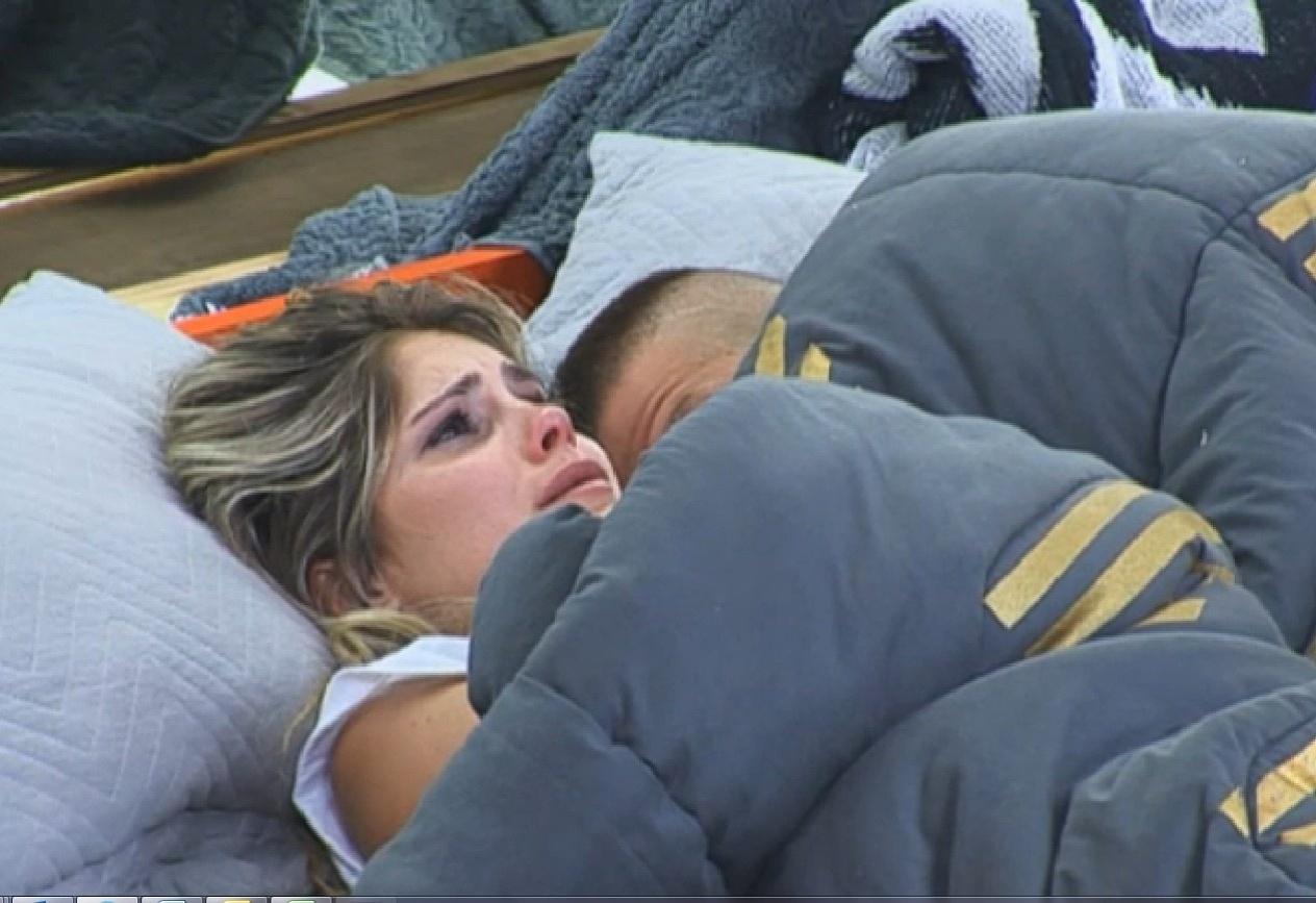 11.set.2013 - Bárbara Evans teve crise de choro ao se deitar para dormir