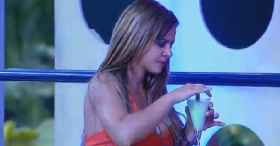 11.set.2013 - Denise Rocha com sua bebida na mão