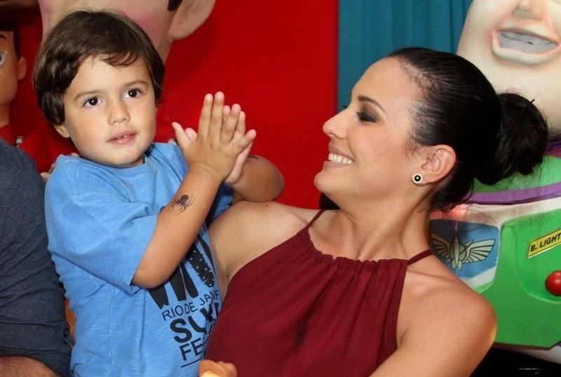 11.set.2013 - Juliana Knust com o marido Gustavo Machado e Matheus, no aniversário de três anos do filho do casal