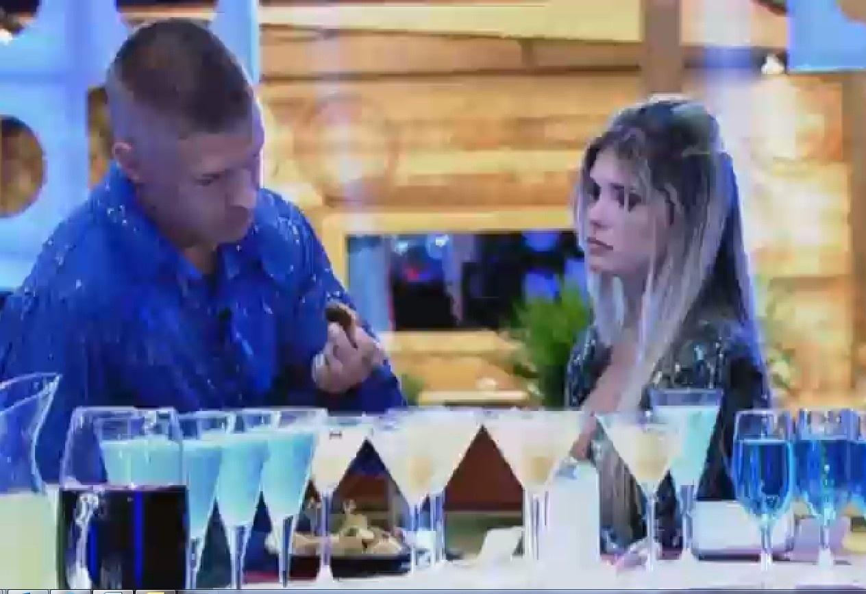 11.set.2013 - Mateus Verdelho comendo ao lado de Bárbara Evans