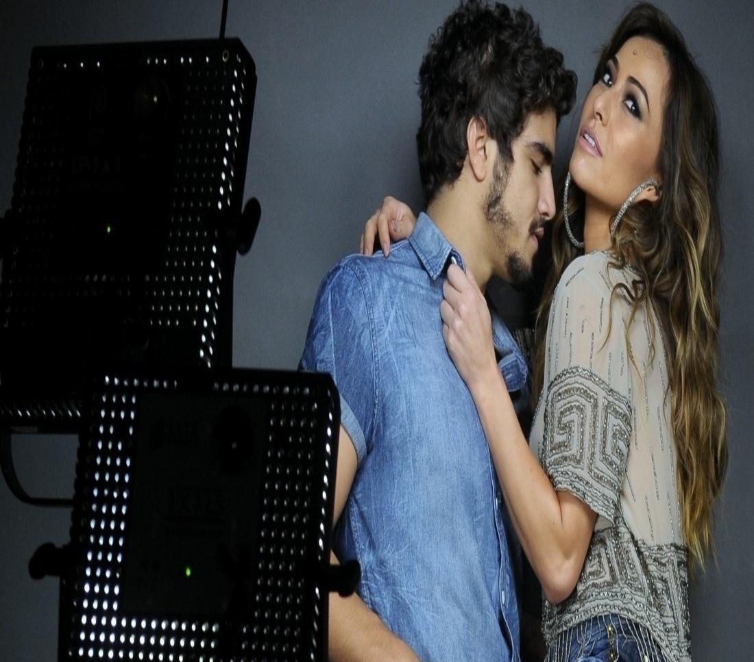 12.set.2013 - Caio Castro segura a perna de Sabrina Sato durante ensaio de fotos para a campanha publicitária de uma marca de jeans, em São Paulo