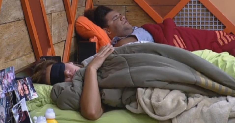 12.set.2013 - Depois de brigar feio com Andressa pela manhã, Denise passa a tarde dormindo