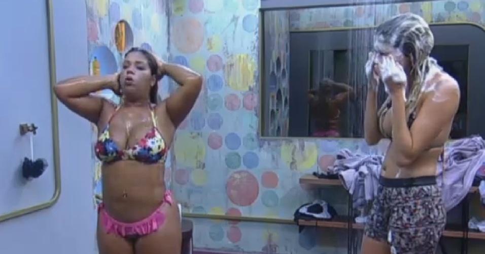 12.set.2013 - Mulher Filé e Bárbara Evans tomam banho juntas