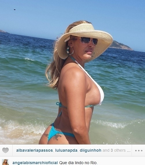Angela Bismarchi curte praia de biquíni fio dental.