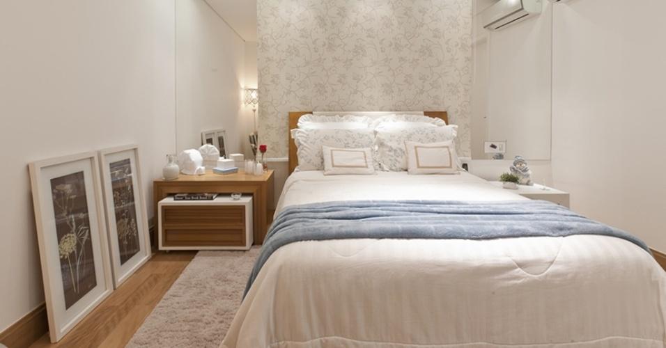 A arquiteta Mayra Lopes recorreu à combinação branco, tons pastel e madeira para compor os 12 m² do dormitório de casal. Destaque para a cortina rolô, atrás da cama, delicadamente estampada e