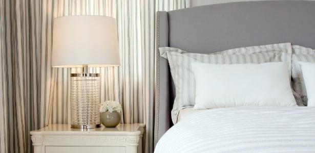 Quartos de casal decorado em tons neutros e claros tendem a ser confortáveis e aconchegantes