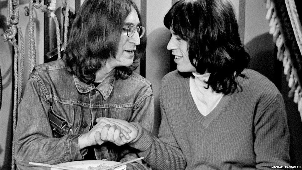 Uma exposição de fotografia da Biblioteca de Windsor, na Inglaterra, mostra imagens raras de astros do rock dos anos 1960, feitas pelo fotógrafo local Michael Randolph. A mostra se concentra em seu trabalho como fotógrafo oficial do show The Rolling Stones Rock and Roll Circus, filmado em 1968. Acima, John Lennon e Mick Jagger.