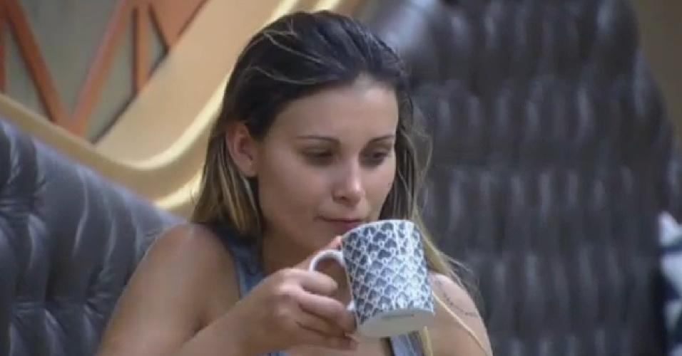 13.set.2013 - Andressa Urach tomando café da manhã
