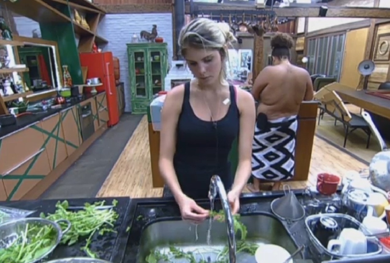 13.set.2013 - Bárbara Evans ajudando Gominho a preparar o almoço