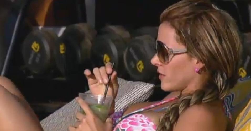 13.set.2013 - Denise curte drink durante festa na piscina