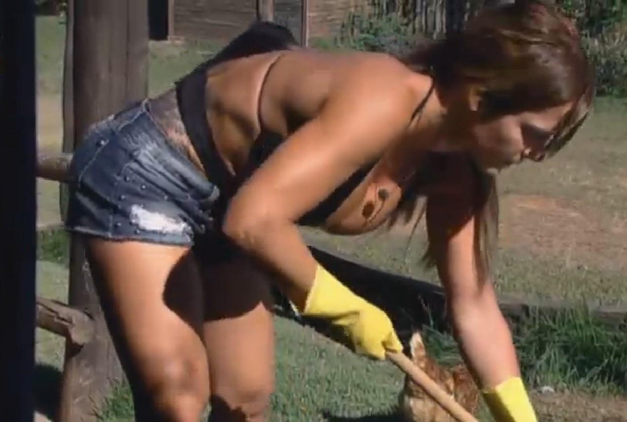 13.set.2013 - Denise Rocha limpando o lago das aves