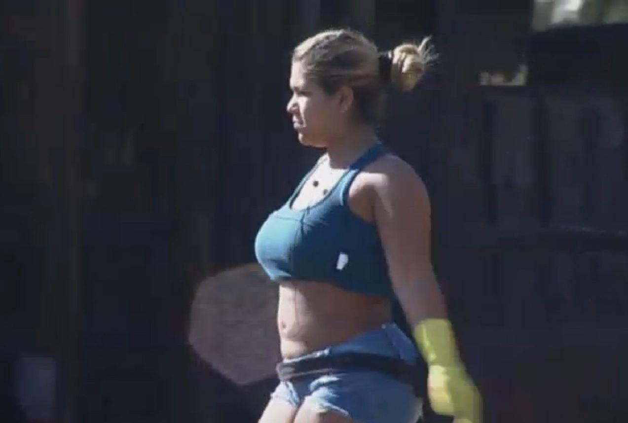 13.set.2013 - Mulher Filé realizando sua atividade matinal