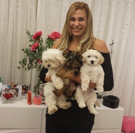 13.set.2013- Angela Bismarchi posa com seus cachorrinhos