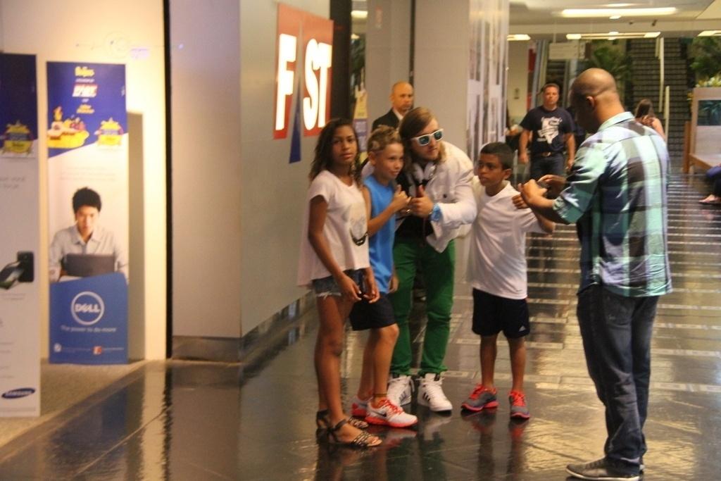13.set.2013- David Guetta é tietado em shopping na Zona Sul do Rio
