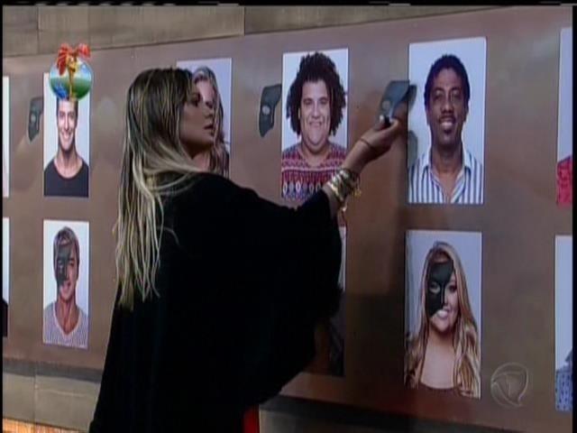 13.set.2013 - Andressa xingou Bárbara durante atividade de máscaras