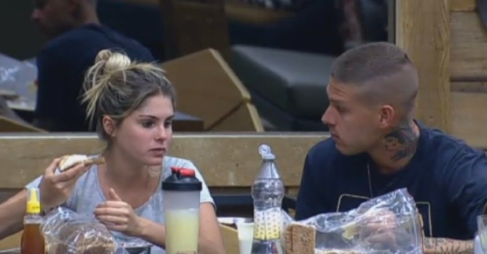 13.set.2013 - Em conversa com namorado, Bárbara diz que tem medo de ser eliminada