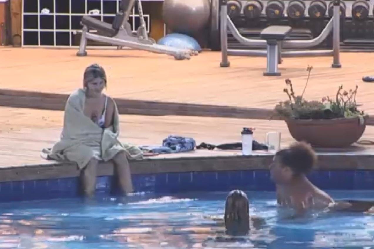 14.set.2013 - Bárbara Evans conversando com Gominho e Mulher Filé na piscina