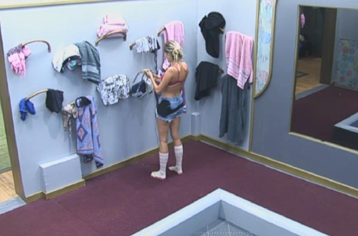 14.set.2013 - Bárbara trocou de roupa para cuidar dos bichos