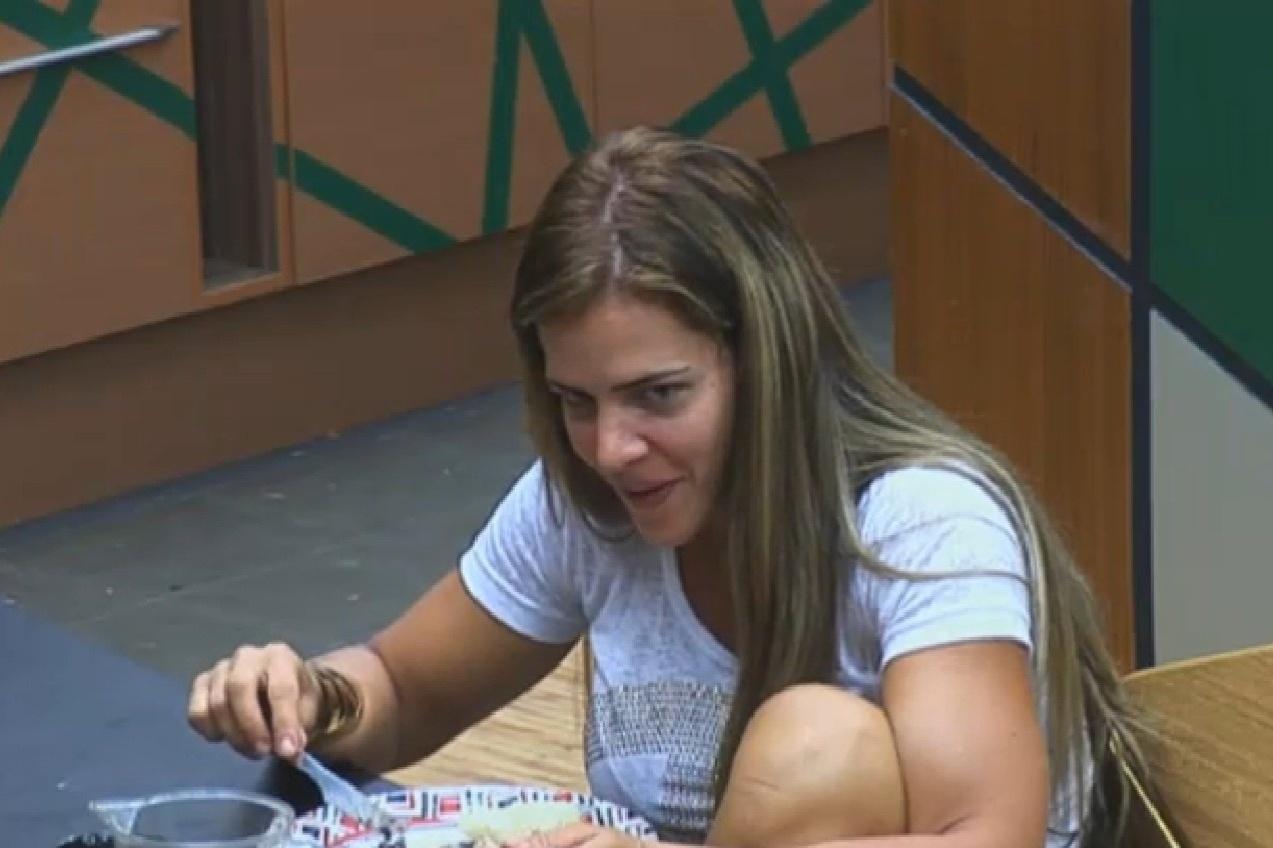 14.set.2013 - Denise Rocha prestando atenção na conversa de Gominho