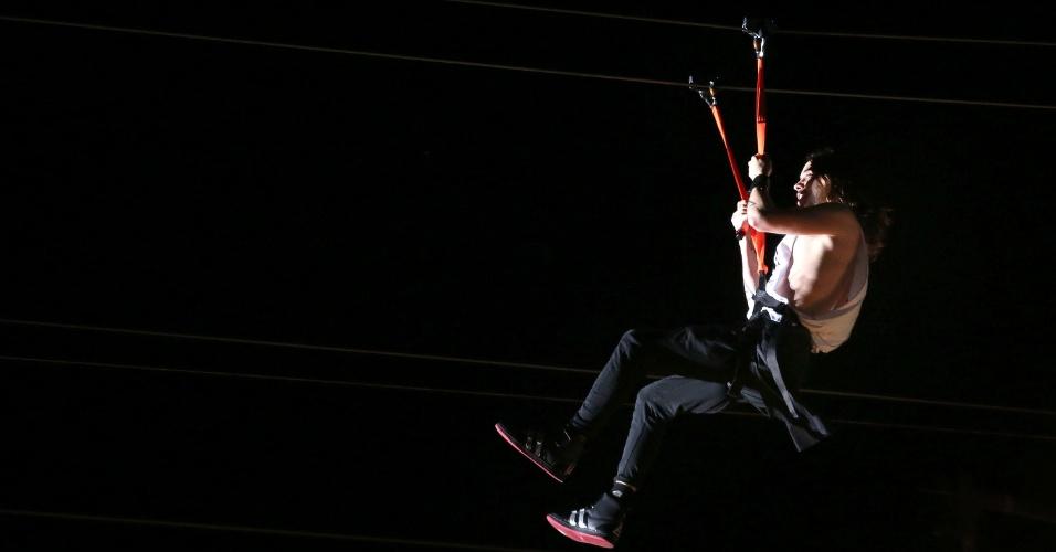 14.set.2013 - Depois de tocar em uma plataforma, o vocalista Jared Leto do Thirty Seconds to Mars passa sobre a platéia em uma tirolesa