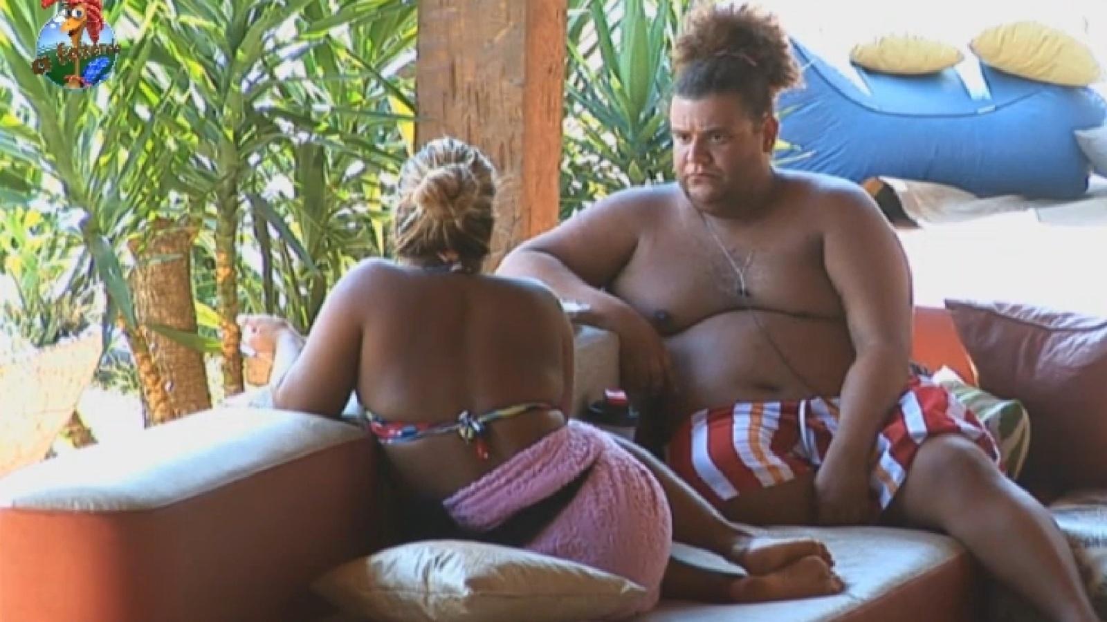 14.set.2013 - Mulher Filé e Gominho conversam na hora do almoço