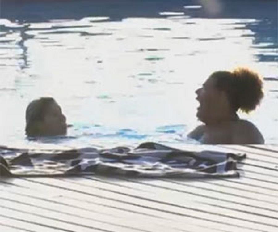 14.set.2013 - Mulher Filé e Gominho conversando na piscina