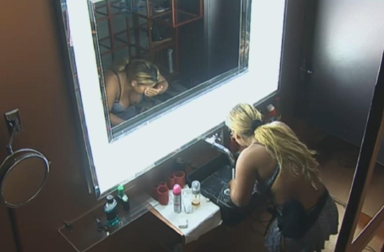 14.set.2013 - Yani lava o rosto para cumprir tarefa doméstica