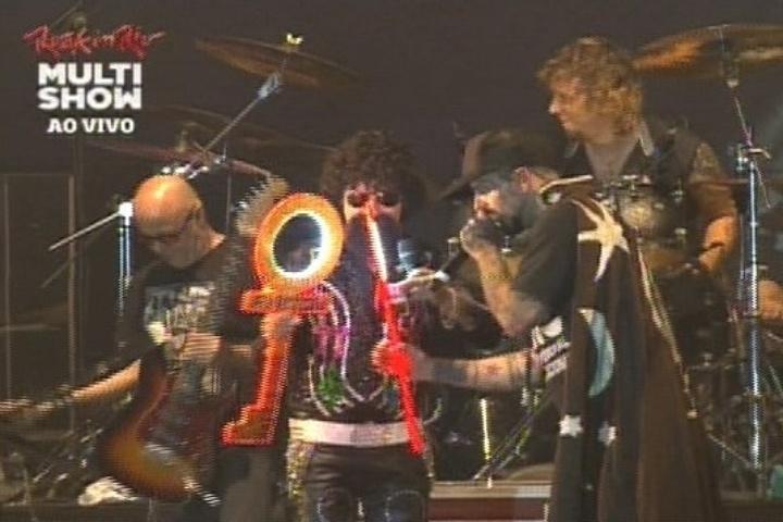 Cover de Raul Seixas sobe ao palco junto de Detonautas em homenagem ao cantor