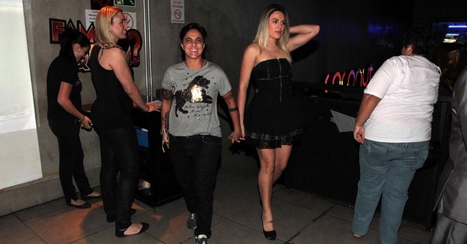 14.set.2013 - Thammy Miranda chega acompanhada da namorada Nilceia Oliveira (à dir.) para estreia do reality show